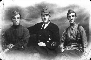 Калнин Оскар Юрьевич (в центре), командир 143 бригады 48 стрелковой дивизии 4-й армии Западного фронта, с красноармейцами..jpg
