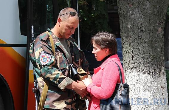 bijtsi-hmelnitskoji-patrulnoji-roti-militsiji-bogdan-pribuli-v-zonu-provedennja-ato-shchob-zaminiti-na-bojovomu-postu-svojih-koleg-fotoreportaj-25584-1.jpg