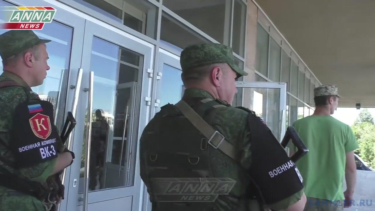 Военнопленного солдата ВСУ провели по столице ЛНР(008541)09-09-20.JPG