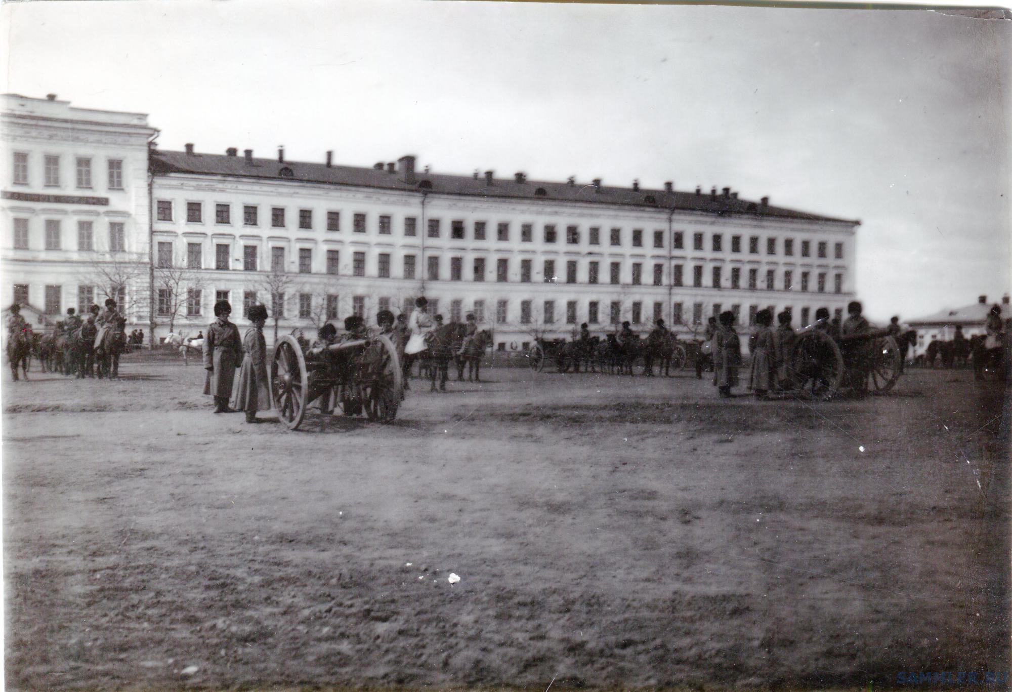 Омск. Кадетский корпус с пушками и построением.jpg