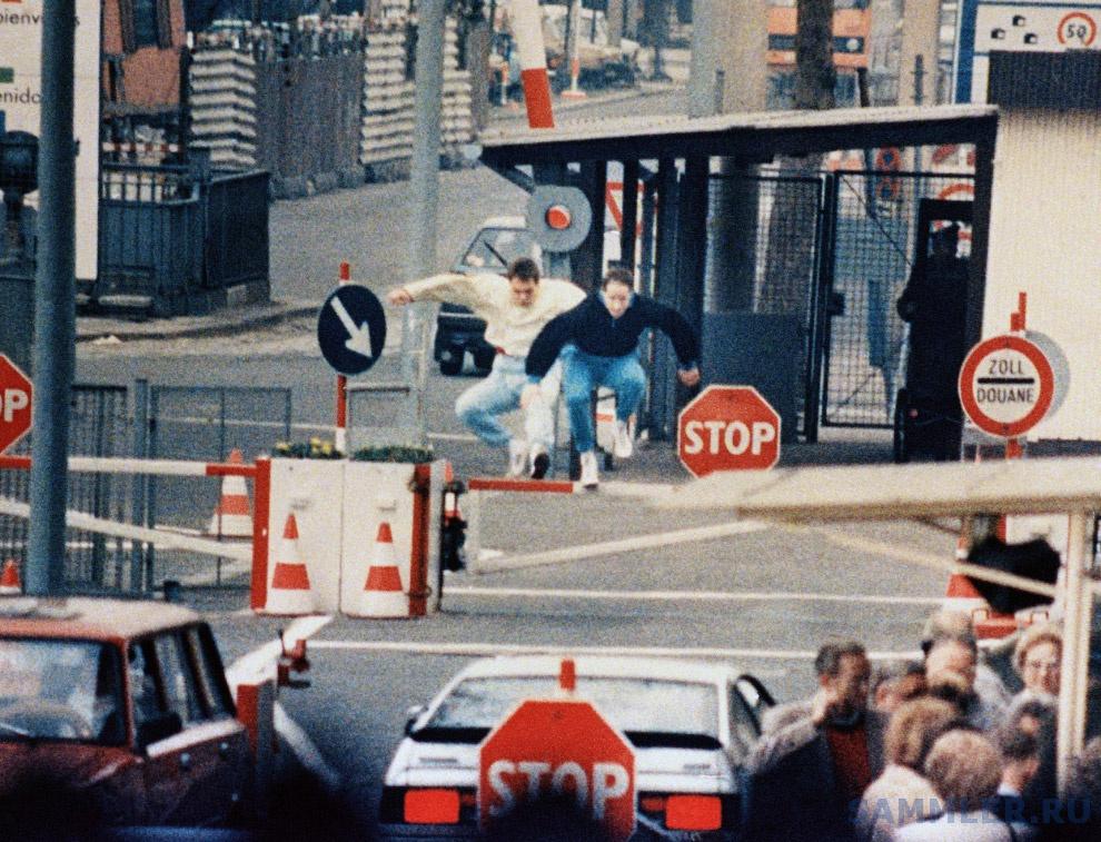 Двое жителей Восточного Берлина прыжками пытаются преодолеть пограничные барьеры, застав врасплох пограничников, апрель 1989 года.jpg