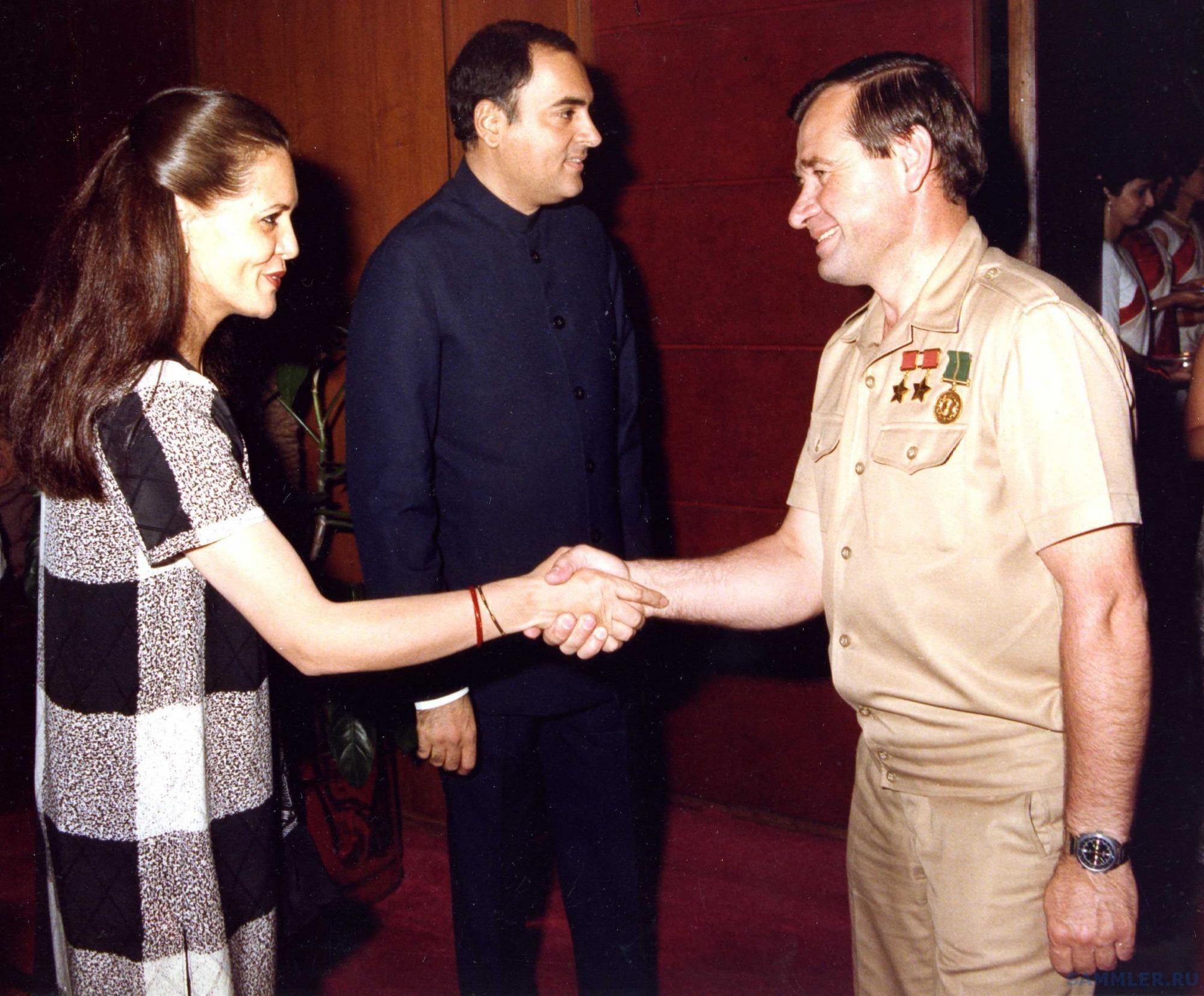 Геннадий Стрекалов на приеме с премьер-министром Индии Радживом Ганди и его женой.-.jpg