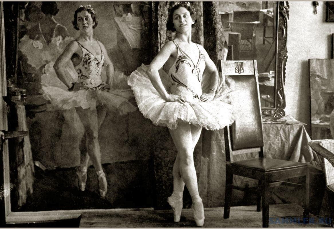 Ольга Лепешинская на фоне своего портрета .jpg