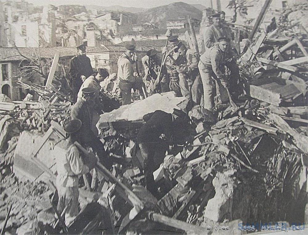 8 Моряки с русского броненосца Слава помогают в расчистке завалов.jpg