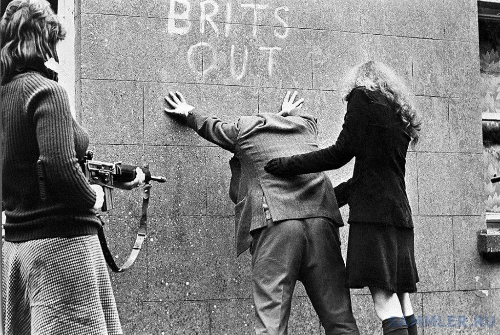 Девушки из Ирландской республиканской армии обыскивают прохожих, Белфаст, Северная Ирландия, 1969.jpg